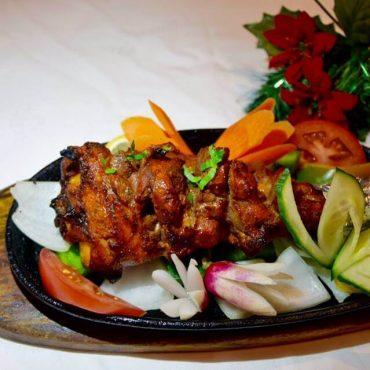 Jarret d'agneau mariné dans une sauce au yaourt, « épicé » puis cuit au Tandoor
