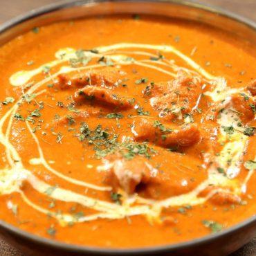 Volaille à l'os , grillée au Tandoor, servie dans une sauc aux tomates et gingembre, parsemée de coriandre fraîche