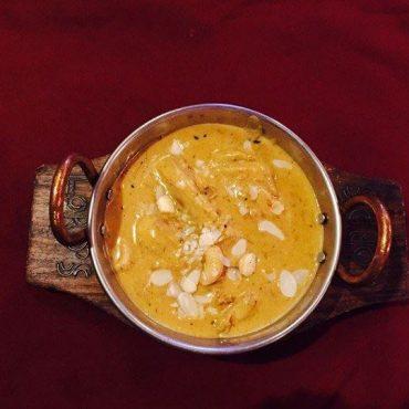 Désossé de volaille, cuit dans une sauce subtile d'épices et d'amandes