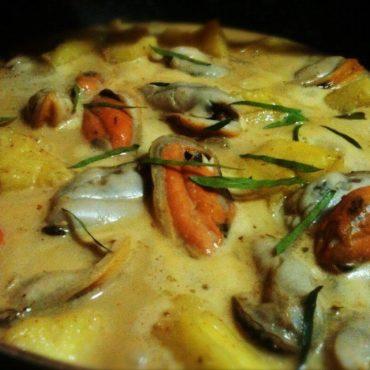 Moules cuites dans une sauce.