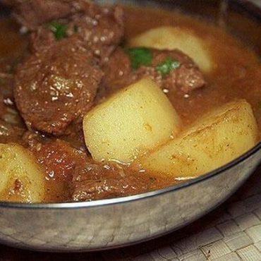 Agneau désossé à la sauce vindaloo légèrement épicée et pomme de terre, spécialité du sud de l'Inde