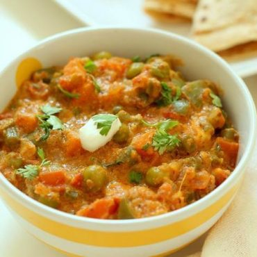 Assortiment de légumes verts et coriandre aux épices