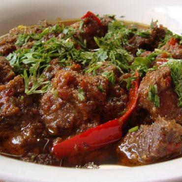 Dés d'agneau à la sauce masala, avec oignons et tomates