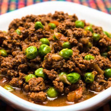 Curry de viande d'agneau haché et petits pois